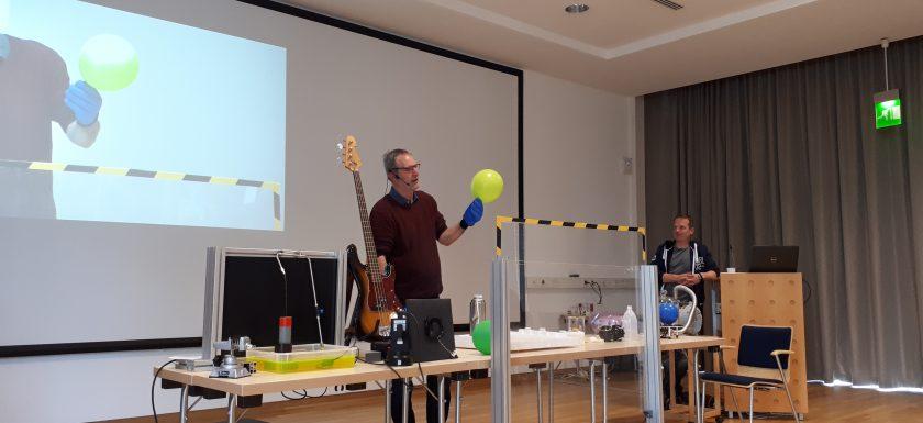 Zusehen ist der Physiker Torsten Kachel mit einem Luftballon in der Hand. Er wird in in flüssigen Stickstoff tauchen.