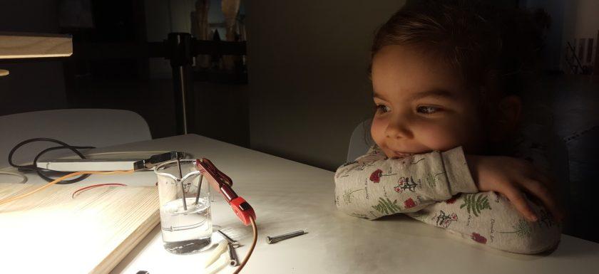 Johanna im MfN schaut sich die Elektrolyse an