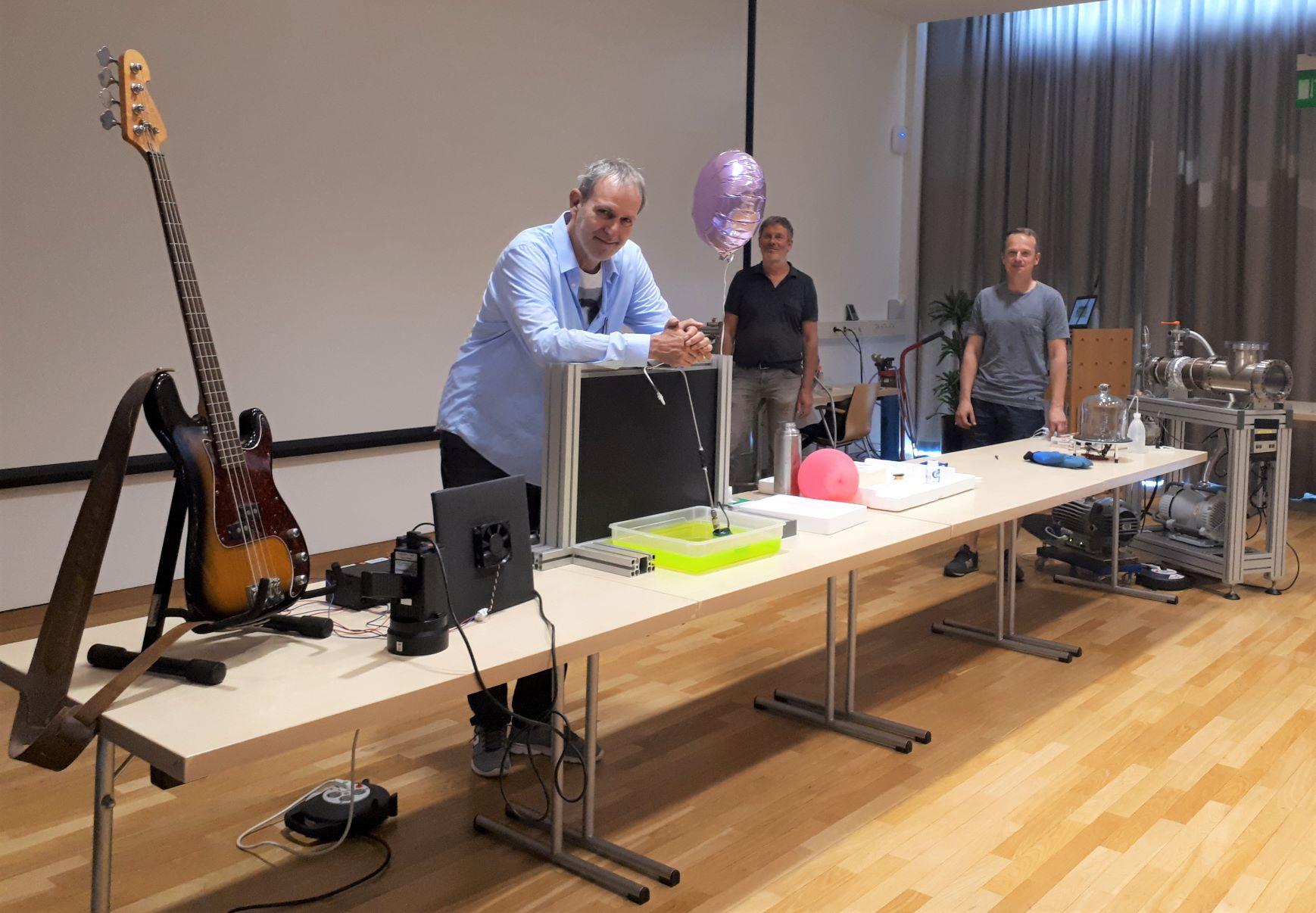 Mitarbeiter machen eine Physikshow für Kinder und Jugendliche.